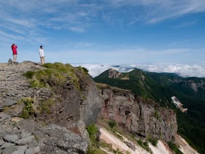 硫黄岳山頂の絶壁