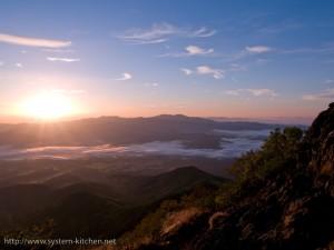 奥多摩方面に登る朝日