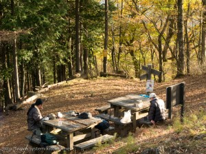 避難小屋のベンチ